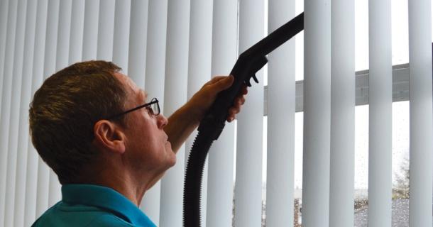 чистка вертикальних жалюзі пилососом