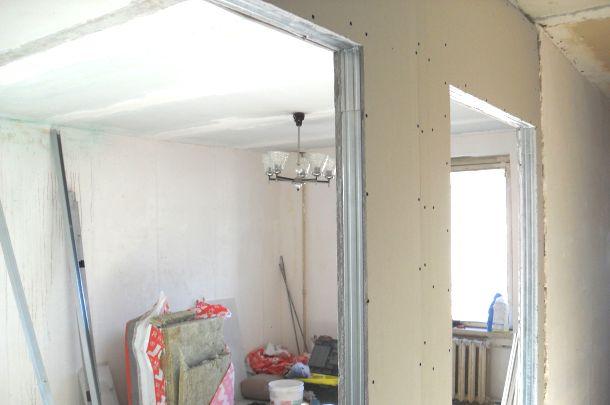 готова стіна з гіпсокартону в кімнаті фото