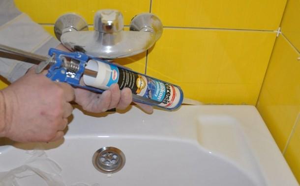 заповнення швів кругом ванни силіконом, реставрація чавунної ванни