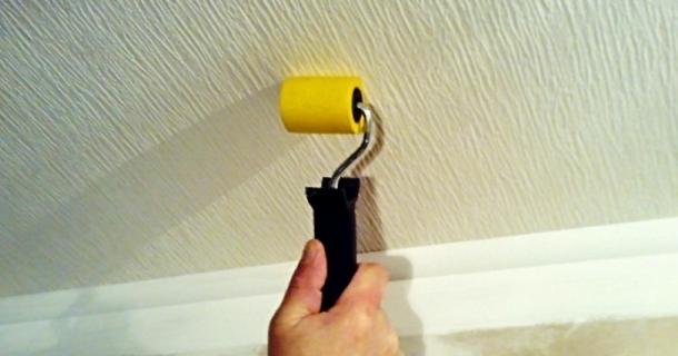 видалення повітря під шпалерами на стелі
