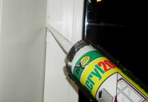заповнення герметиком щілин біля пластикових вікон
