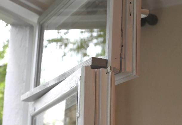 наклеювання гумового ущільнення на дерев'яне старе вікно