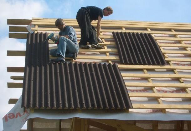 настилання листів ондуліну на дах
