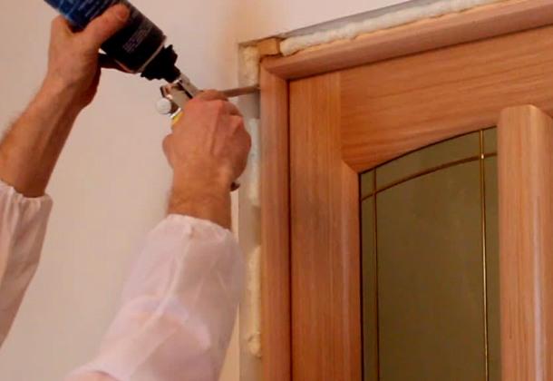 вставляємо дерев'яні двері своїми руками