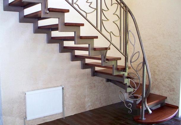 прямі металеві сходи на другий поверх