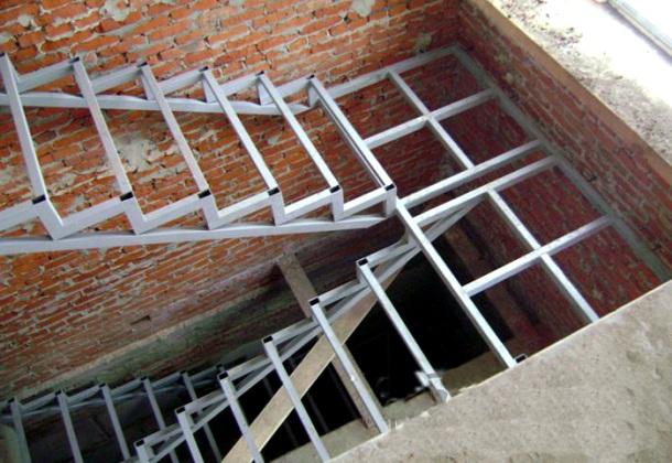 металеві сходи з двома несучими косоурами
