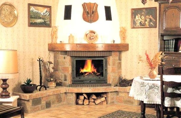 дизайн кутового каміну в інтер'єрі вітальні