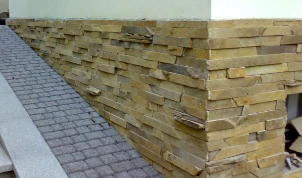 Оздоблення фундаменту каменем – способи і технологія