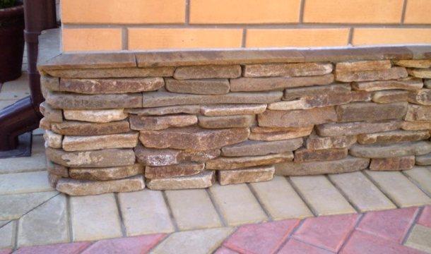 зовнішній вигляд оздобленого каменем фундаменту