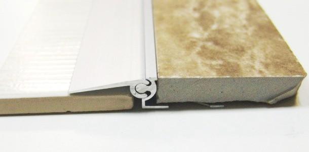 плавний перехід підлоги між ламінатом і плиткою при різному рівні