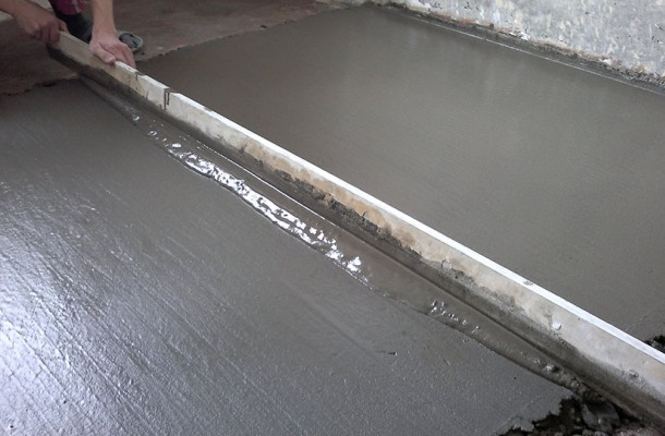 процес заливання стяжки з бетону