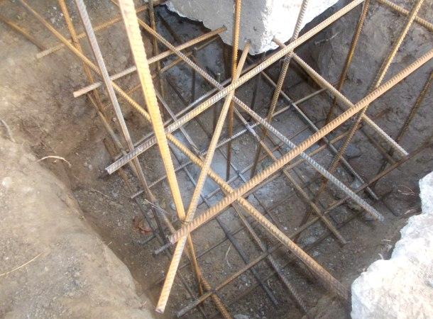зміцнення кута фундаменту заливанням бетонного блоку