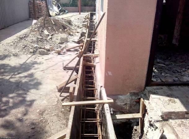 спосіб укріплення фундаменту приватного будинку бетонним армопоясом