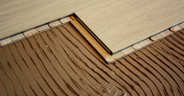 облицювання підлоги паркетною дошкою наклеюванням