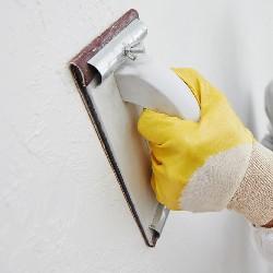 затирання стін після шпаклювання наждачним папером