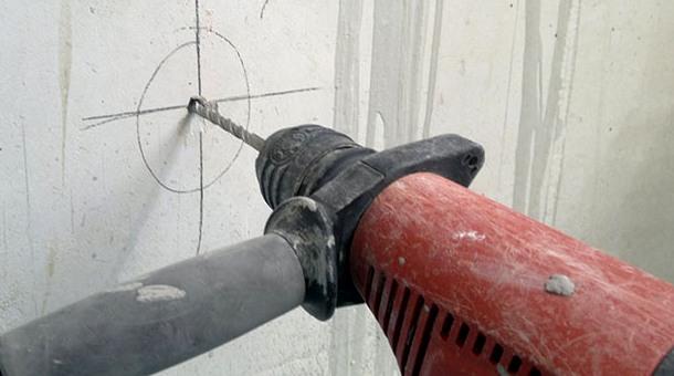 висвердлювання отворів у стінах дрилем