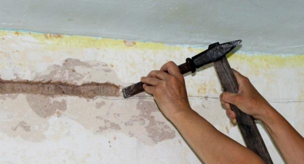 штробленя стіни молотком і зубилом
