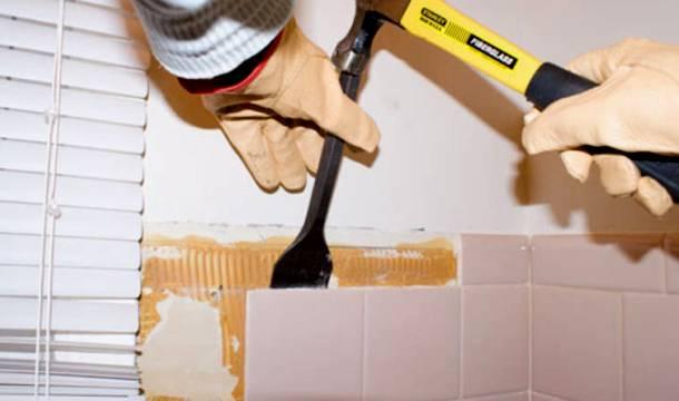 збивання старої плитки зі стін