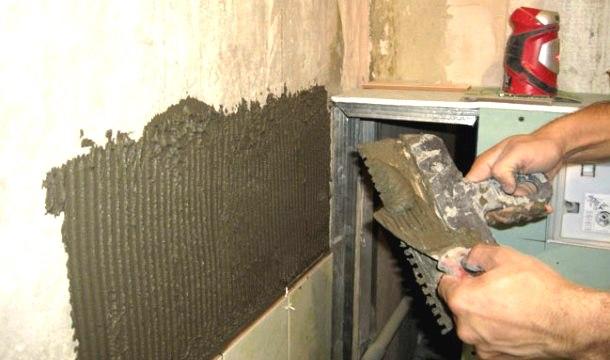 процес облицювання стін керамічною плиткою