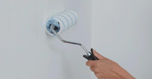 нанесення клею на стіни для флізелінових шпалер