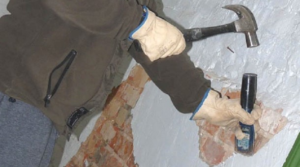 очищення стіни від фарби зубилом і молотком