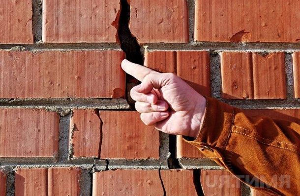 Тріщини в стінах цегляного будинку – причини та усунення