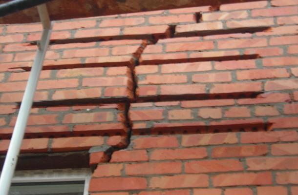 ліквідація тріщини на стіні з цегли