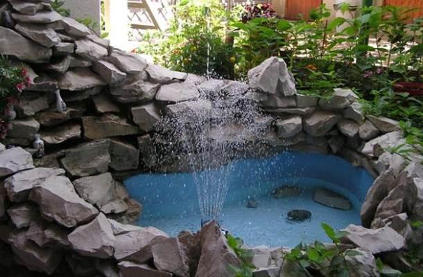 фонтан з необробленого граніту