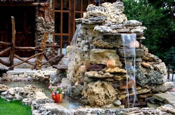 штучний водопад у дворі