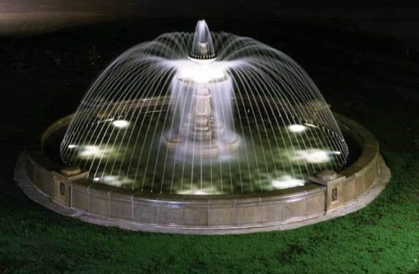 круглий фонтан з підсвіткою