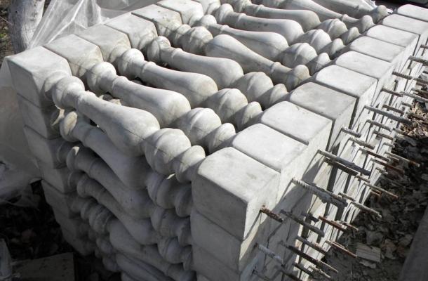 процес відливання бетонних балясин