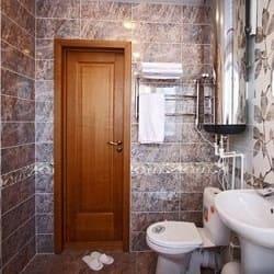 ламіновані та дерев'яні двері для ванни